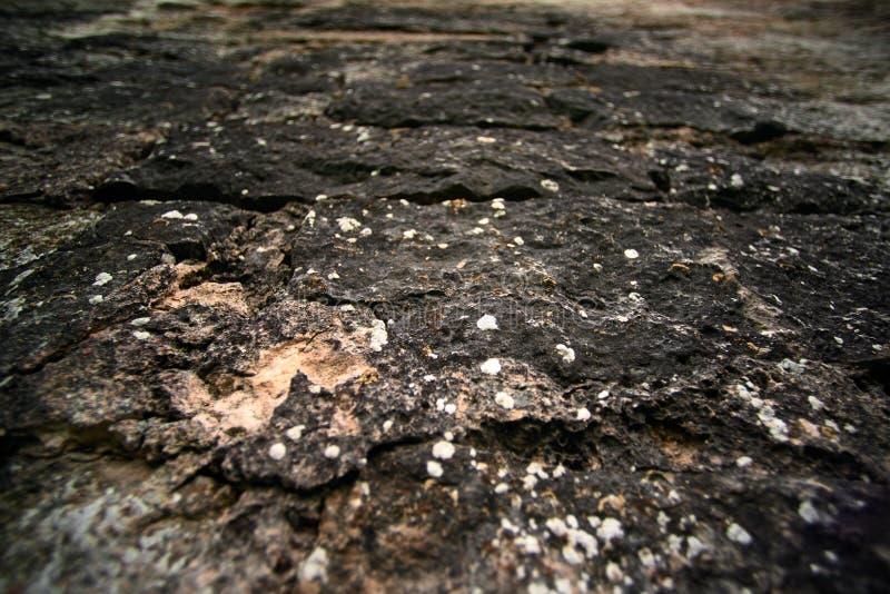 Straße von einer dunklen alten Schottermaurerarbeit lizenzfreie stockbilder