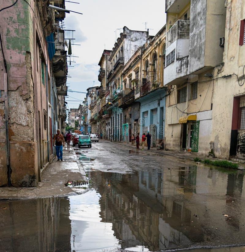 Straße von La Havana Cuba nach Regen stockfotografie