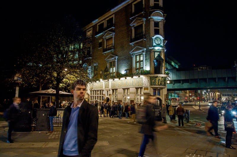 Straße von London nachts stockfoto