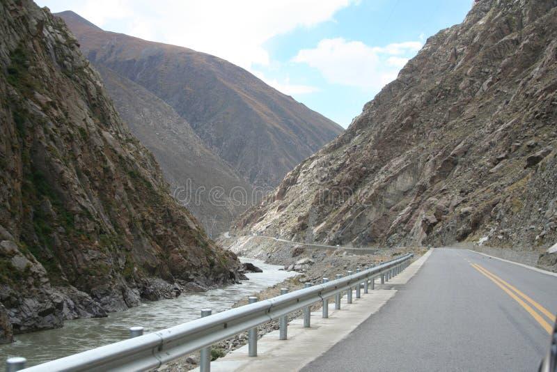 Straße von Xigazê nach Lhasa mit Bergen lizenzfreies stockbild