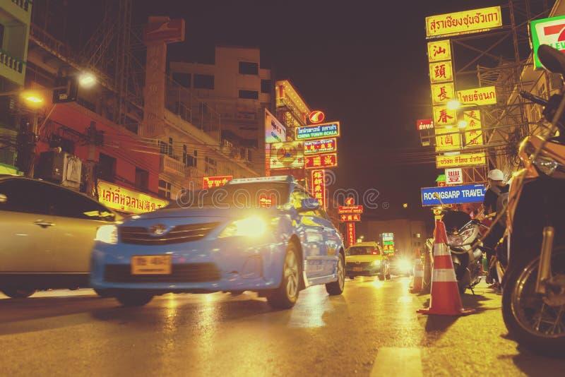 Straße von Yaowarat in der Nacht mit vielen Autos und Touristen, die in Bangkok, Thailand gehen lizenzfreie stockbilder
