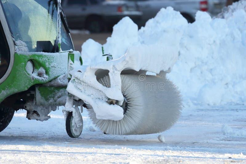 Straße, welche die Stadt vom Schnee mithilfe des speziellen equi säubert stockfotografie