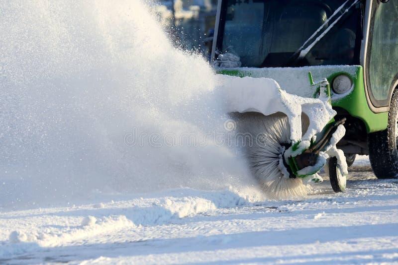 Straße, welche die Stadt vom Schnee mithilfe des speziellen Machs säubert lizenzfreies stockfoto