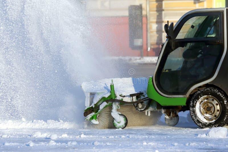 Straße, welche die Stadt vom Schnee mithilfe des speziellen Machs säubert lizenzfreie stockfotos