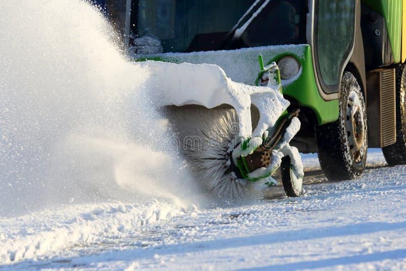 Straße, welche die Stadt vom Schnee mithilfe des speziellen Machs säubert stockbilder