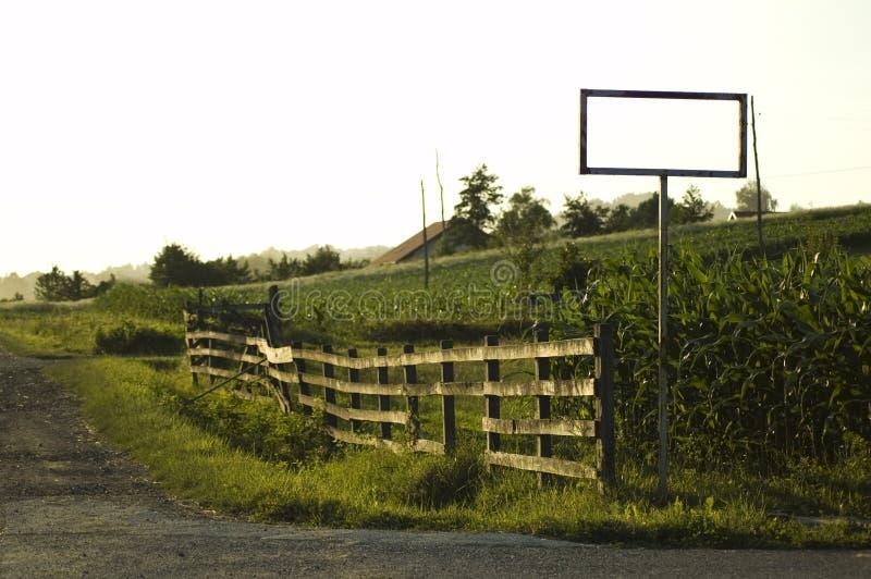 Straße, Zaun und ein Zeichen stockfotos