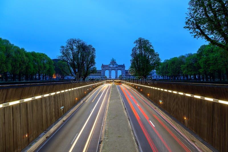 Straße zu Arch de Triumph Brüssel lizenzfreie stockbilder