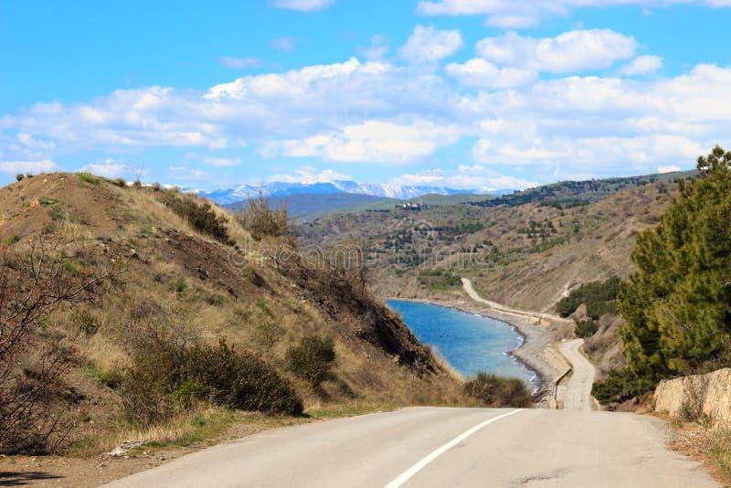 Straße zu den Bergen stockfoto