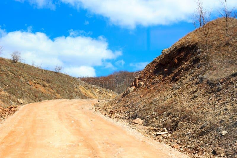 Straße zu den Bergen stockbilder