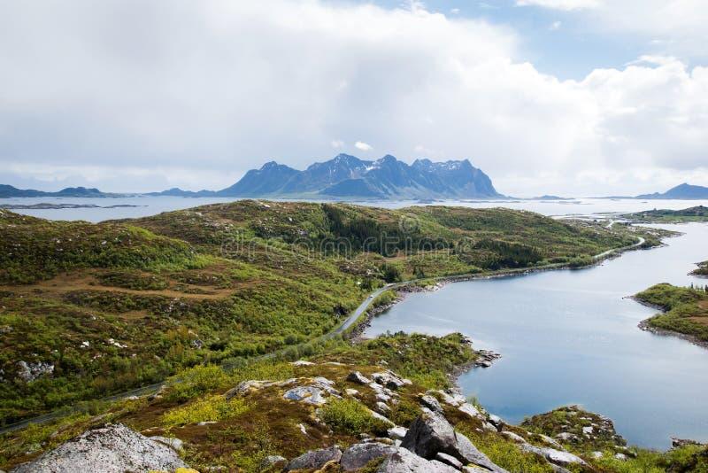 Straße zu den Bergen, Lofoten-Inseln in Norwegen lizenzfreie stockfotos