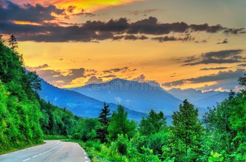 Straße zu den französischen Alpen bei Sonnenuntergang im Sommer stockbilder