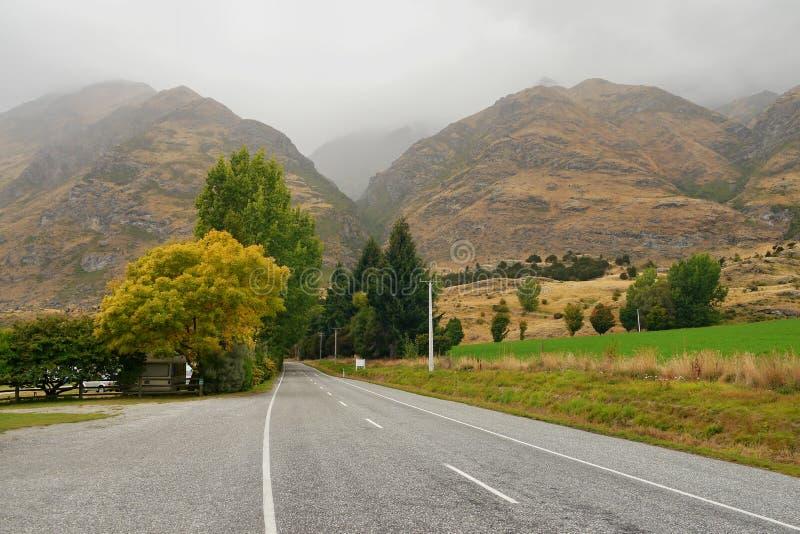 Straße zu den nebeligen Bergen stockfotos