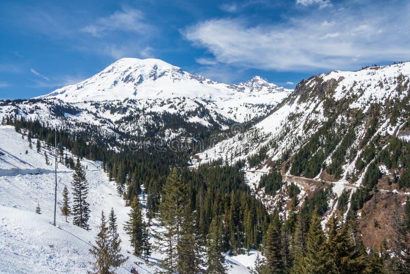 Straße zu der Mount- Rainiergipfel bedeckt durch Schnee Washington USA stockbilder