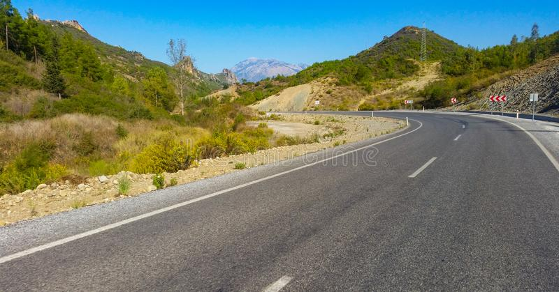 Straße zu Moutains lizenzfreies stockbild