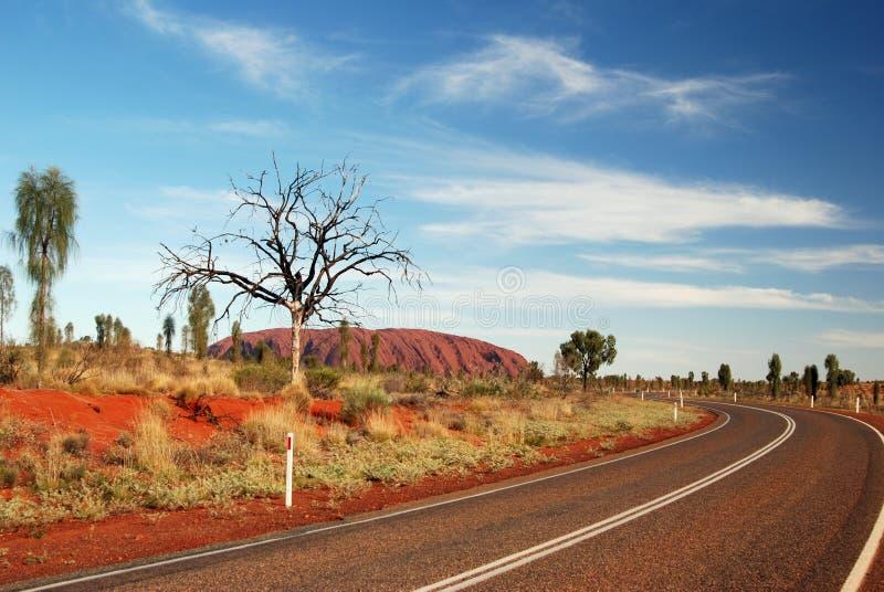 Straße zu Uluru lizenzfreie stockbilder