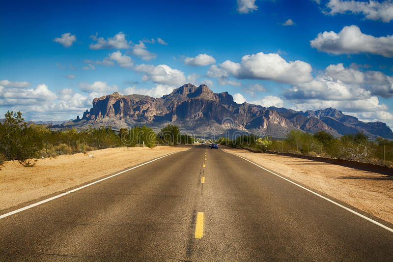 Straße zum Aberglaube-Berg stockfotos
