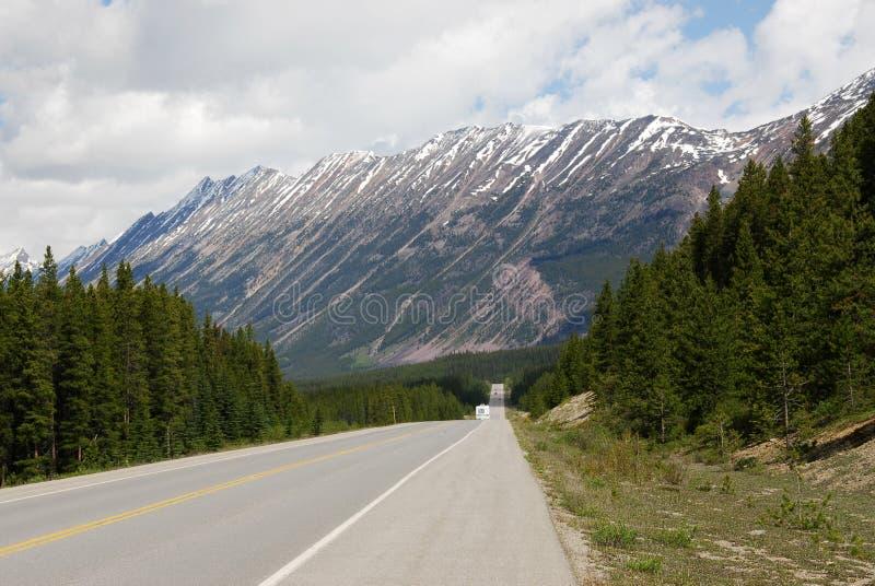 Straße zum Berg lizenzfreie stockfotos