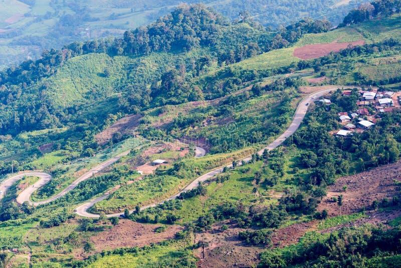 Straße zum Berg bei Phu Tubberk lizenzfreies stockfoto