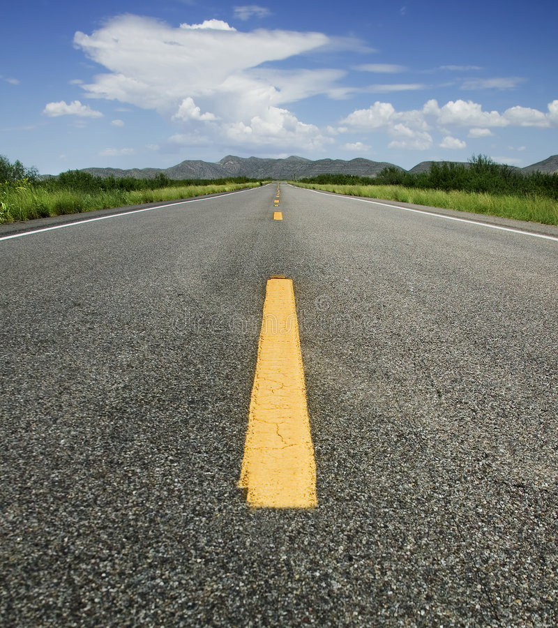 Straße zum Horizont lizenzfreie stockfotos