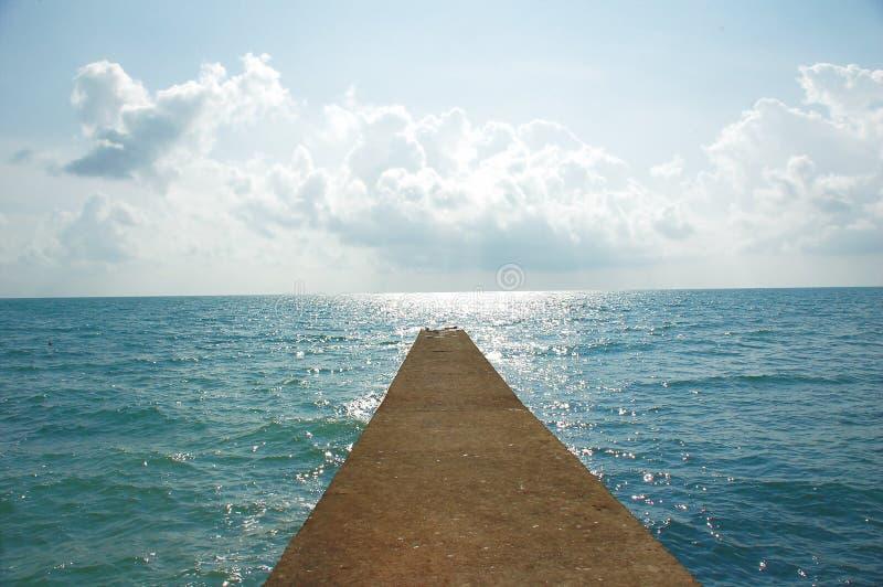 Straße zum Meer stockfotos