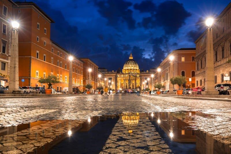 Straße zum St Peter u. zum x27; s-Quadrat und -basilika in der Vatikanstadt an der Dämmerung stockbild