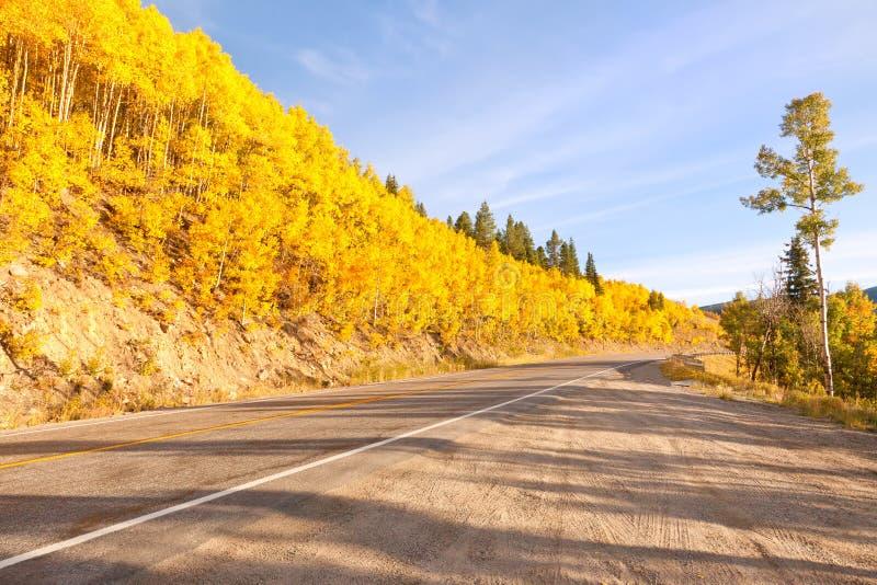 Straße zum Unabhängigkeit-Durchlauf in Kolorado stockfotografie