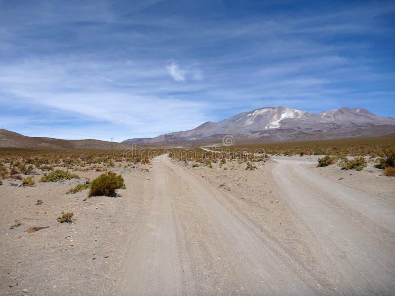 Straße zum volcan isluga am chilenischen altiplano stockfotos