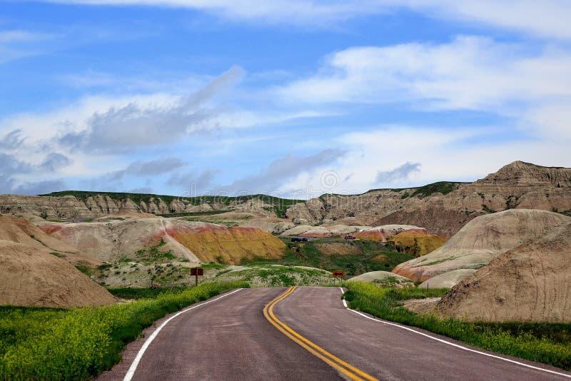 Straße, zum von Hügeln, Ödländer Nationalpark, South Dakota gelb zu färben stockfoto