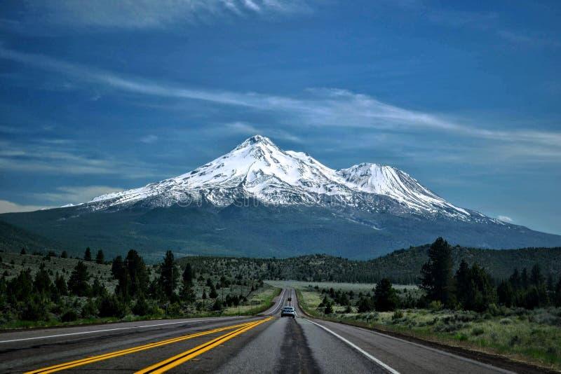 Straße, zum von Shasta anzubringen lizenzfreies stockbild