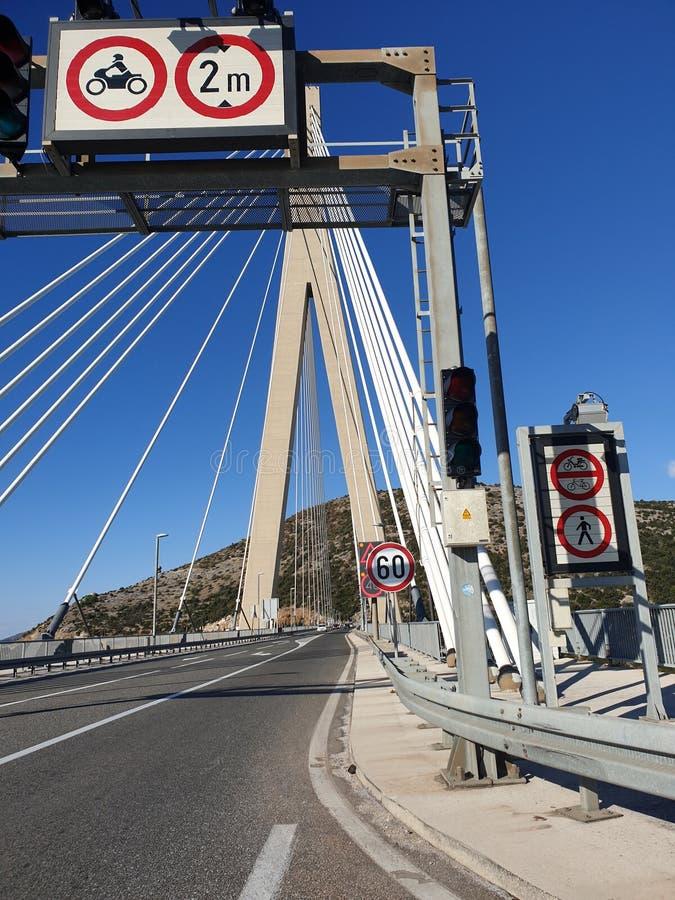Straße zur Brücke stockbild