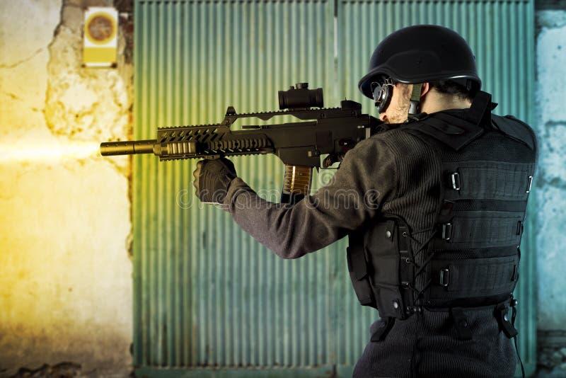 Straßen-Angriff, Aufstandpolizeizündung stockbild