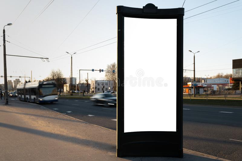 Straßen-Anschlagtafelstellung des Anzeigenmodellfreien raumes nahe einer Straße mit der Bewegung von unscharfen Autos - lange Bel stockfotos