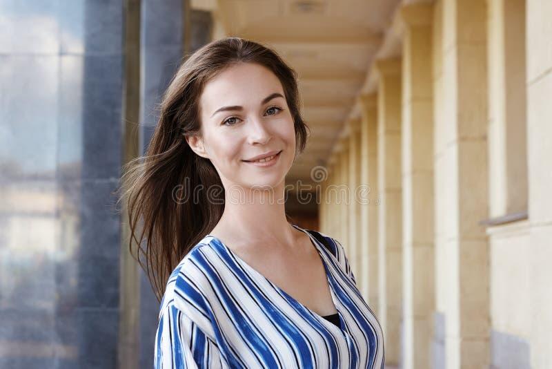 Straßen-Art-Freien-Porträt des schönen Mädchens Lächeln der jungen Frau Glückliches Lebensstiltrieb Frisches Gesicht, Brown-Haar lizenzfreie stockbilder