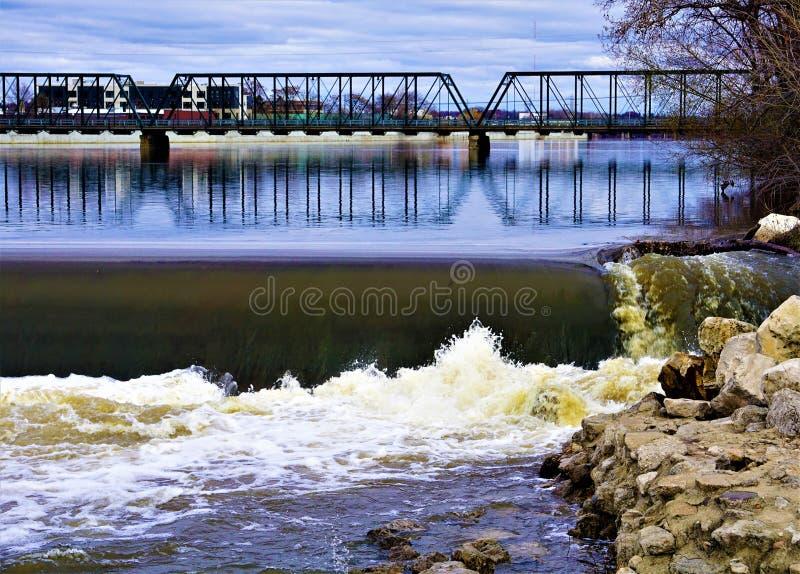 6. Straßen-Brücke über dem großartigen Fluss lizenzfreies stockbild