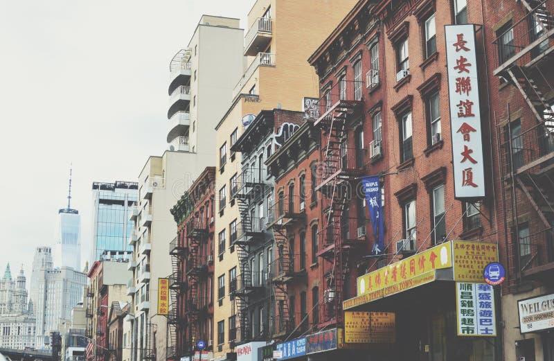 Straßen-Chinatown-Gebäude- und Freedom Tower-Hintergrund des Lower East Side-NYC stockfotografie