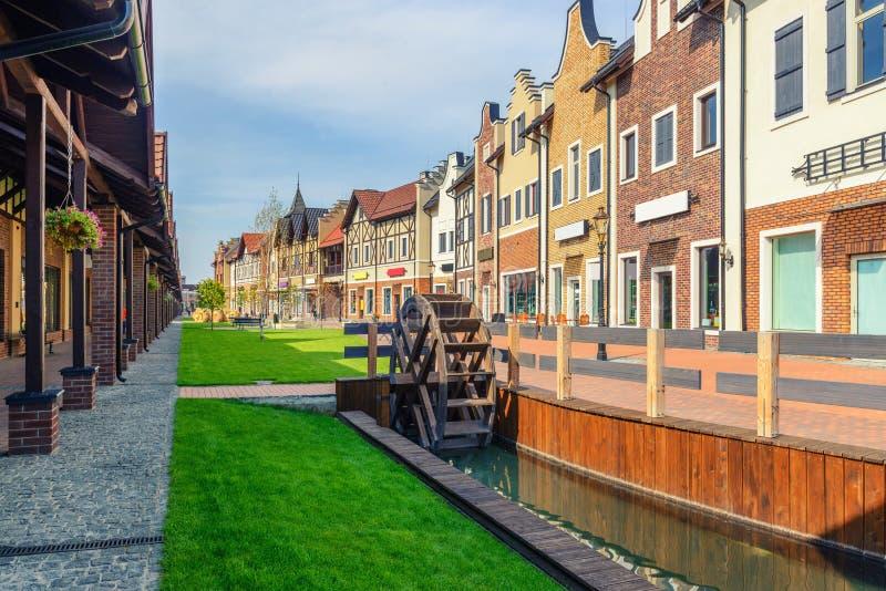 Straßen der niederländischen Stadt mit Backsteinmauern und Wassermühle stockfoto