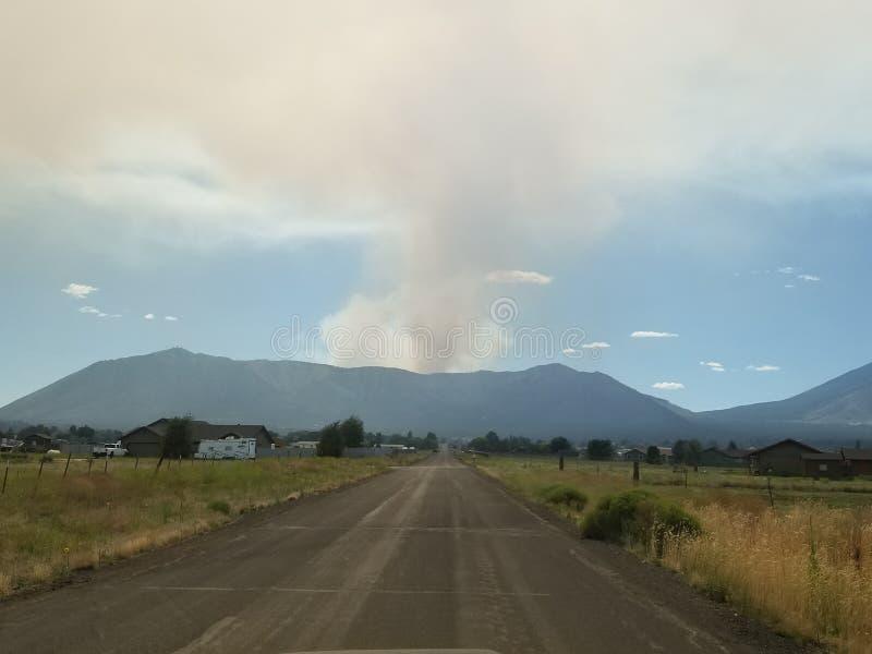 Straßen führen zu ein Feuer lizenzfreies stockbild