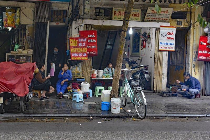 Straßen-Lebensmittel-Stall in altem Viertel Hanois lizenzfreies stockbild