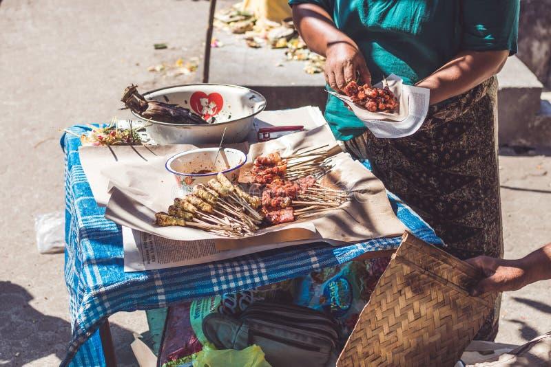 Straßen-Nahrungsmittelhuhn des Balinese sättigen indonesisches Huhn vorbereitend, sättigen Sie Bali-Insel stockfotos