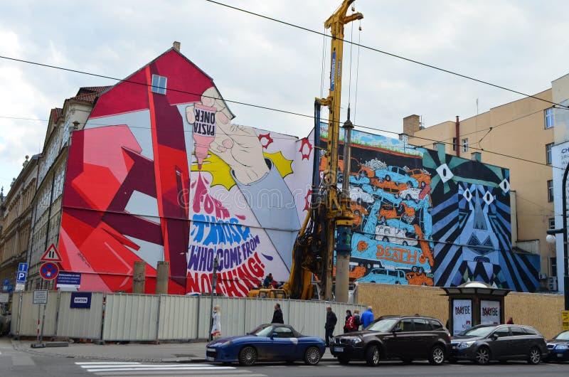 Straßen-städtische Kunst von Teigwaren Oner bei Narodni Trida in Prag, Tschechische Republik stockbilder