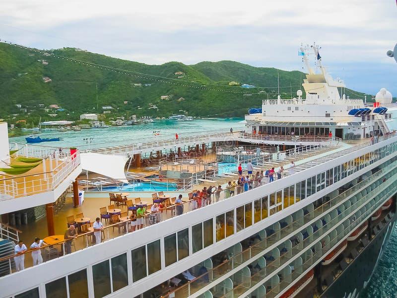 Straßen-Stadt, Tortola, Britische Jungferninseln - 6. Februar 2013: Kreuzschiff Mein Schiff 1 angekoppelt im Hafen lizenzfreie stockfotografie