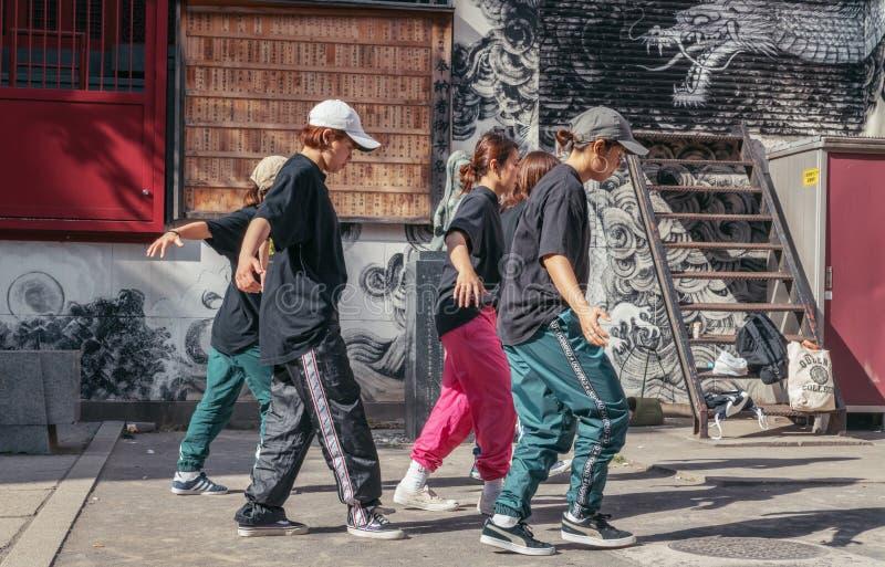 Straßen-Tänzer außerhalb eines Schreins lizenzfreies stockfoto
