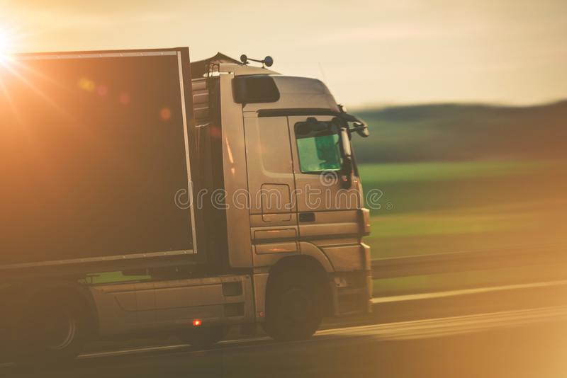 Straßen-Transport durch LKW stockfoto