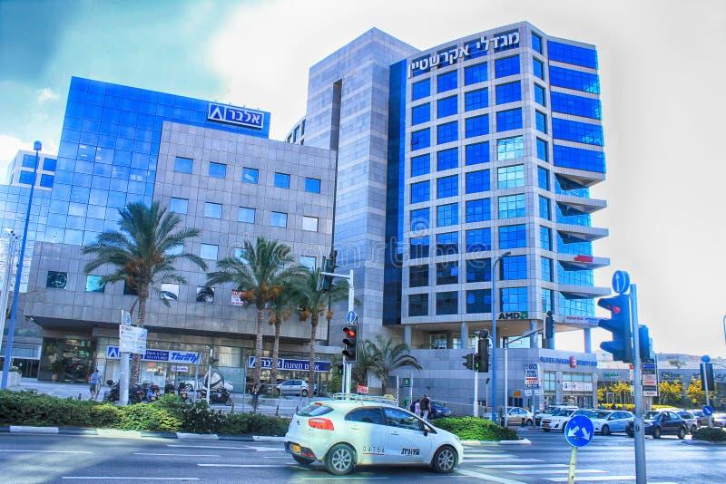 Straßen und modernes Gebäude in Hertzlija, Israel stockfoto