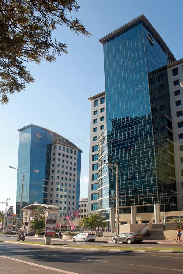 Straßen und modernes Gebäude in Hertzlija, Israel stockbild