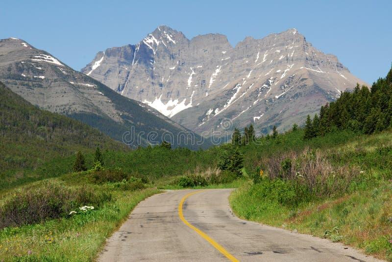 Straßen- und Mountain View lizenzfreie stockfotos