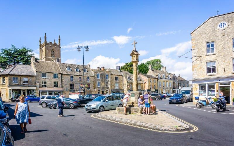 Straßen und Shops und Markt kreuzen in historischer cotswold Stadt des Laderaums auf dem Wold stockfoto