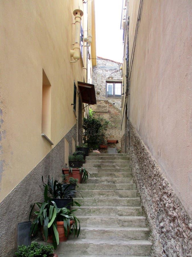 Straßen und Wege der kleinen Stadt von Nord-Italien a stockbild