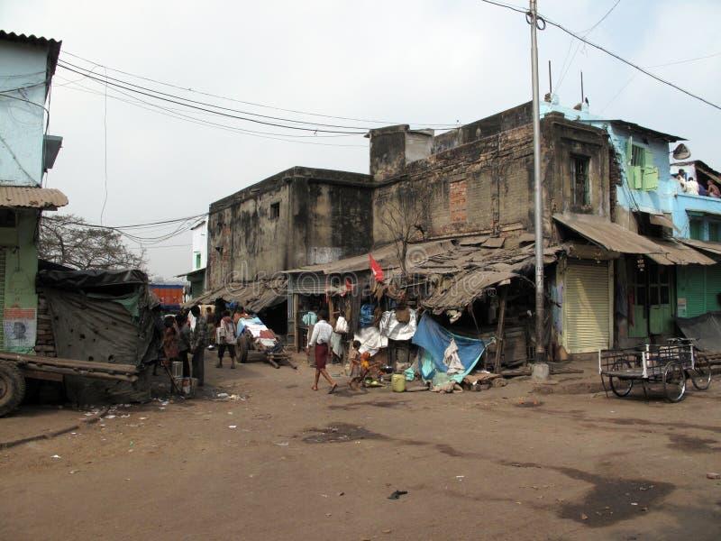 Straßen von Kolkata Arme indische Familie, die in einer behelfsmäßigen Bretterbude durch die Seite der Straße lebt stockbild