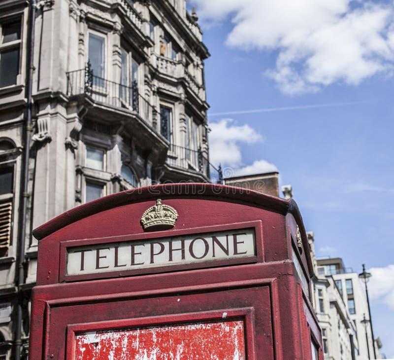 Straßen von London - eine rote Telefonzelle lizenzfreies stockbild
